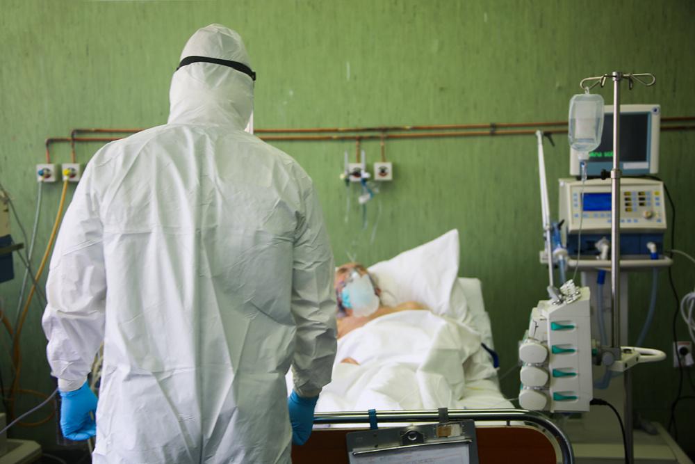 Заболеваемость COVID-19 в России снижается, но смертность остается