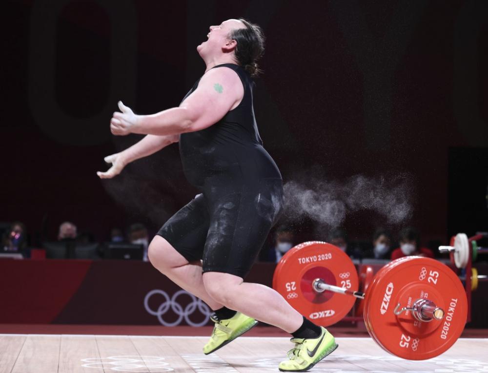Трансгендерная штангистка на Олимпиаде осталась без медали, а ее медалистка-соперница – без внимания