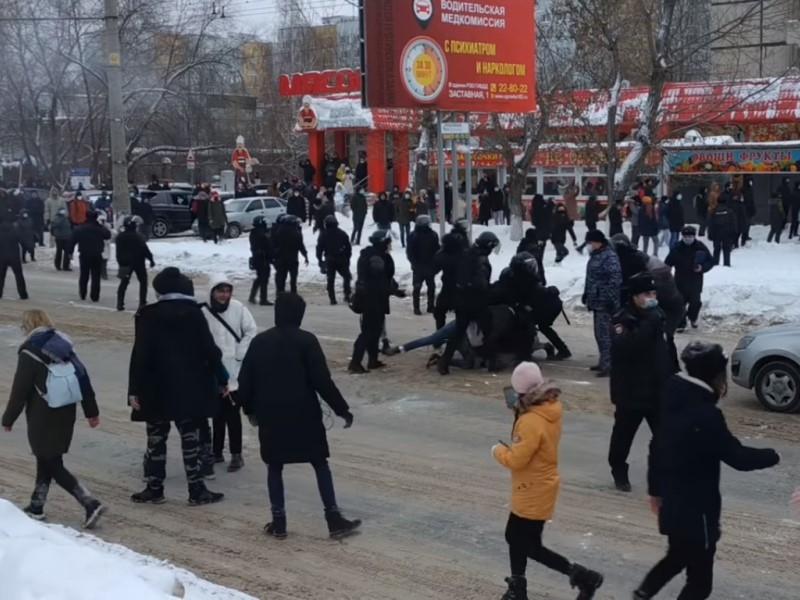 Тольяттинец, толкнувший полицейского в спину на митинге, приговорен к 2 годам условно
