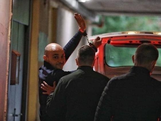 ФСБ сняла Пивоварова с самолета и увела в наручниках с охраной за пост в Facebook