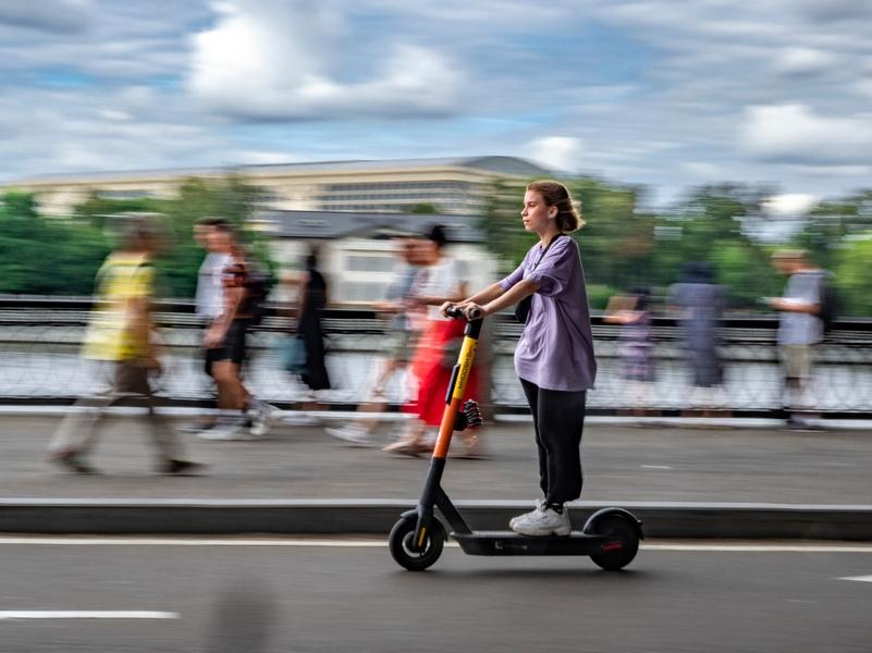 В Москве хотят ограничить скорость для электросамокатов и запретить езду вдвоем
