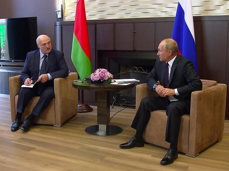 Илья Яшин: Зачем Путин унижается и спасает Лукашенко?