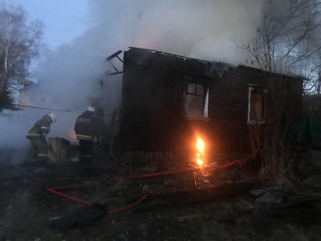 В пожаре погибли ребенок и женщина. Трагедия произошла в Смоленской области