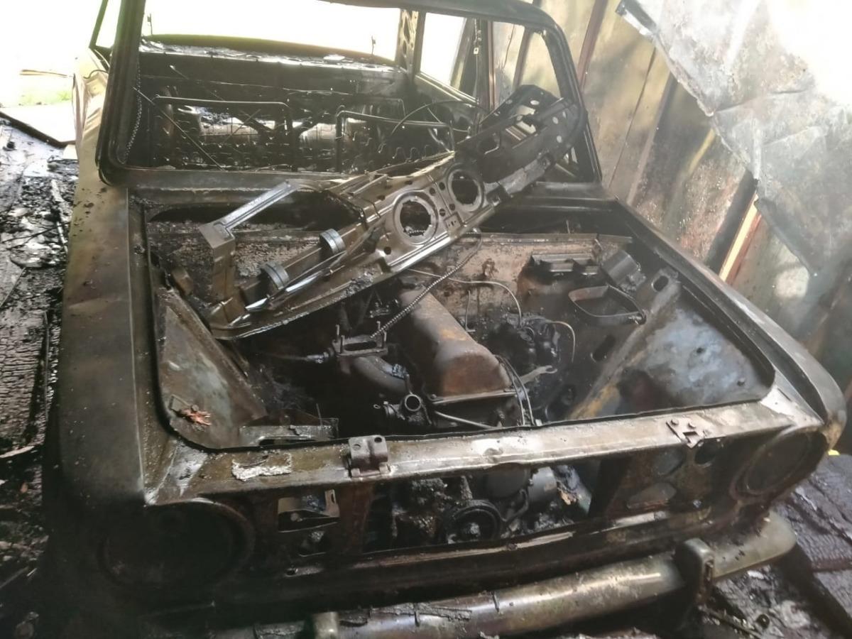 В райцентре Смоленской области огонь уничтожил гараж с автомобилем