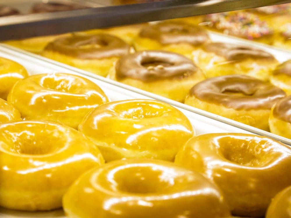 Krispy Kreme пообещала бесплатный пончик каждый день до конца года сделавшим прививку от коронавируса