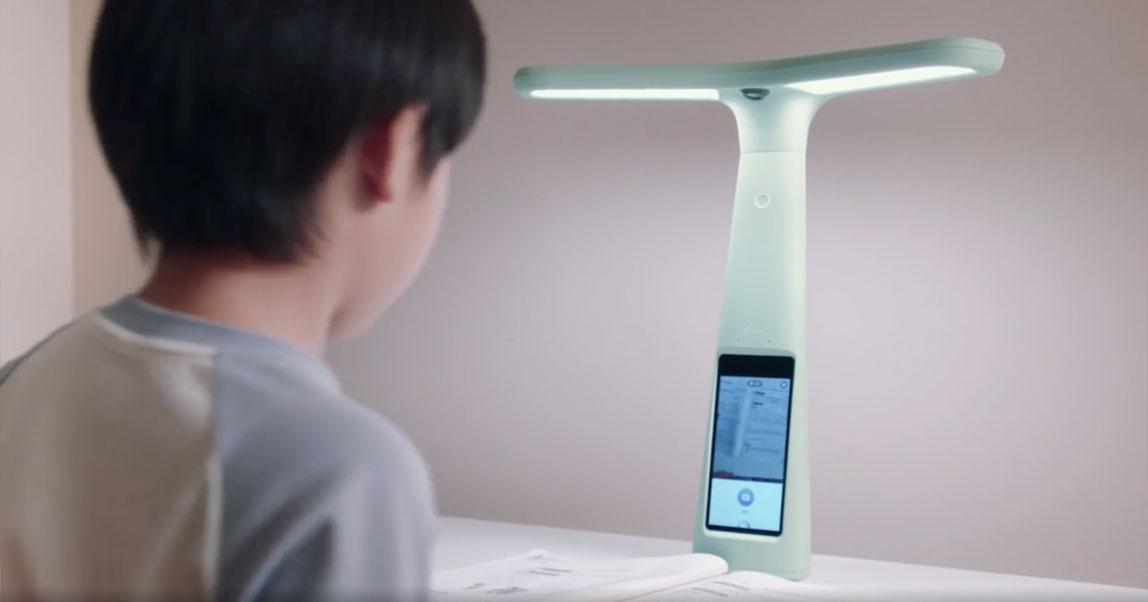 В Китае родители скупают лампы с камерами наблюдения, чтобы следить за детьми, пока они делают уроки