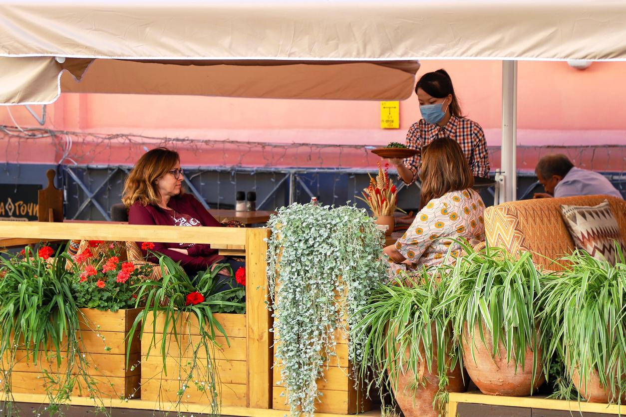 Московские рестораторы предложили провести эксперимент с антиковидными зонами