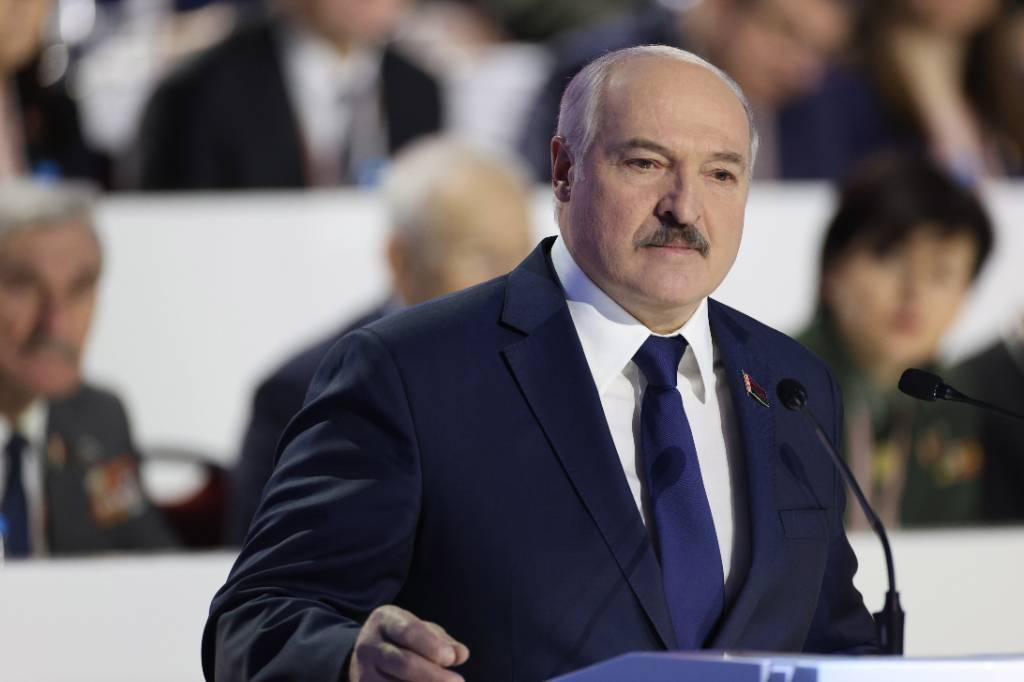 Лукашенко разрешил белорусским силовикам использовать оружие на митингах