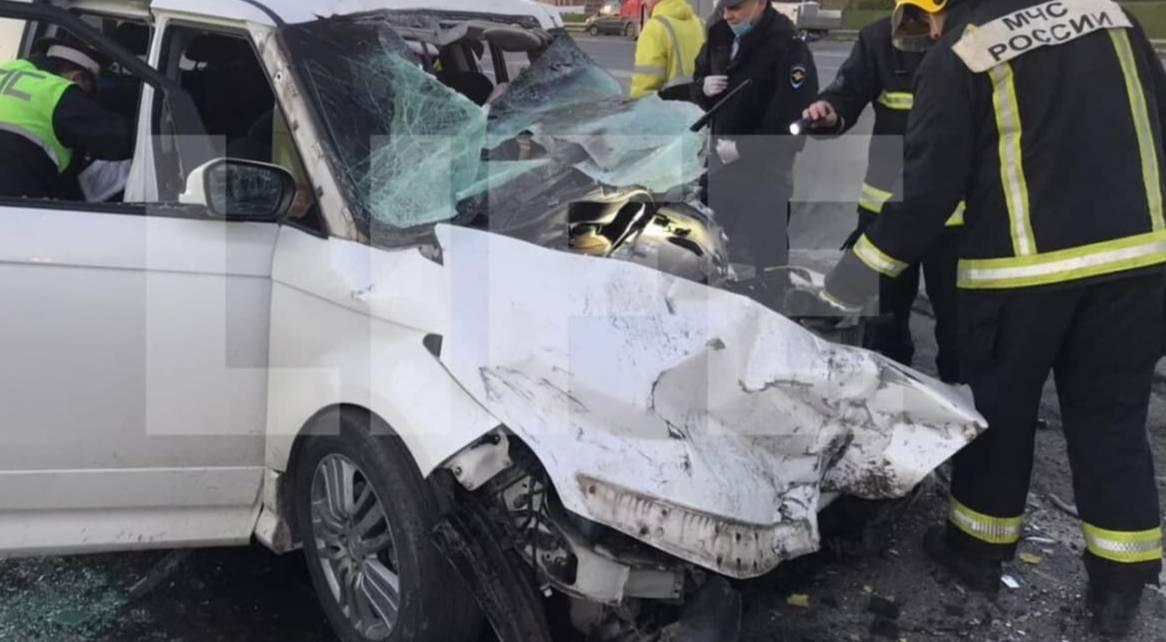 Три человека погибли из-за столкновения минивэна и грузовика на МКАД