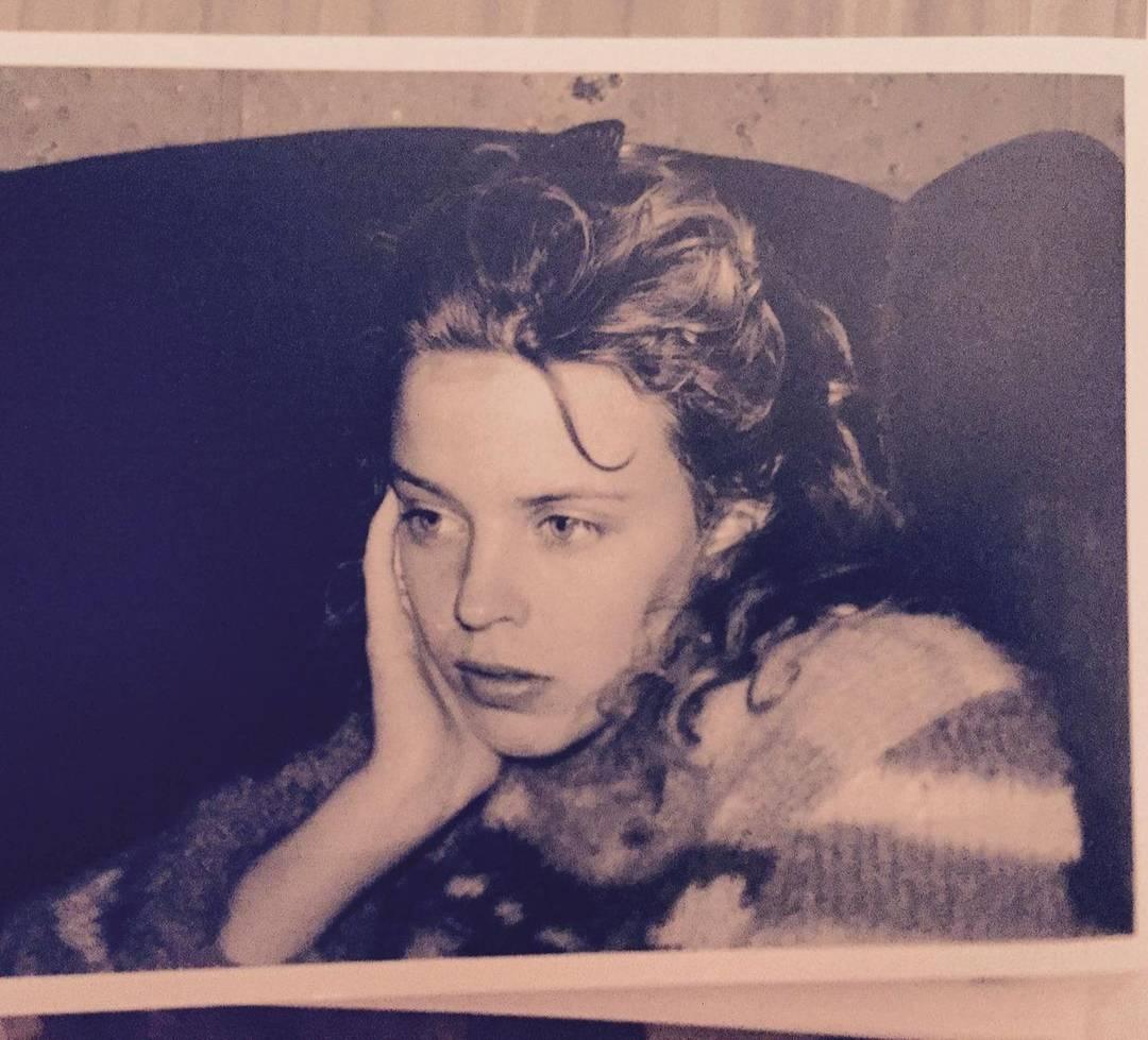 Поп-икона оказалась неузнаваемой на подростковом фото, и без подсказки невозможно понять, кто это
