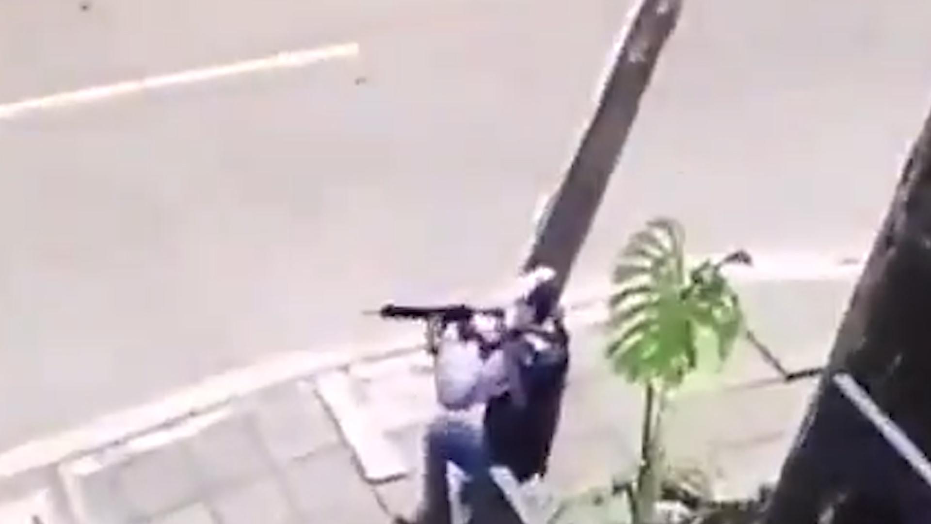 Открыл огонь по толпе: В Колумбии протестующие расправились с полицейским, застрелившим двух человек