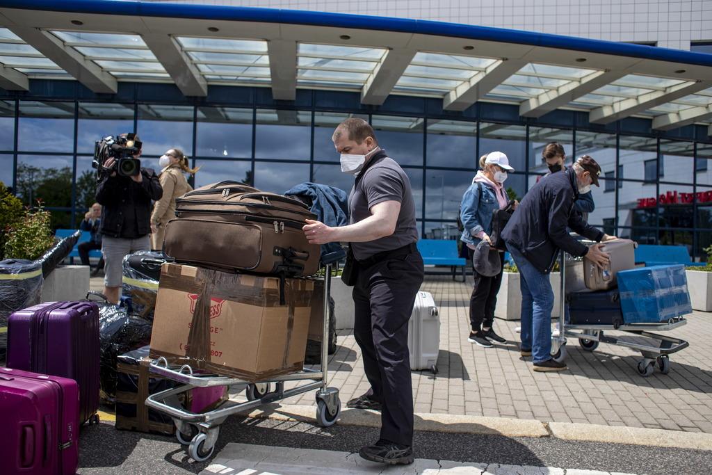 Спецборт с первой группой российских дипломатов вылетел из Праги в Москву
