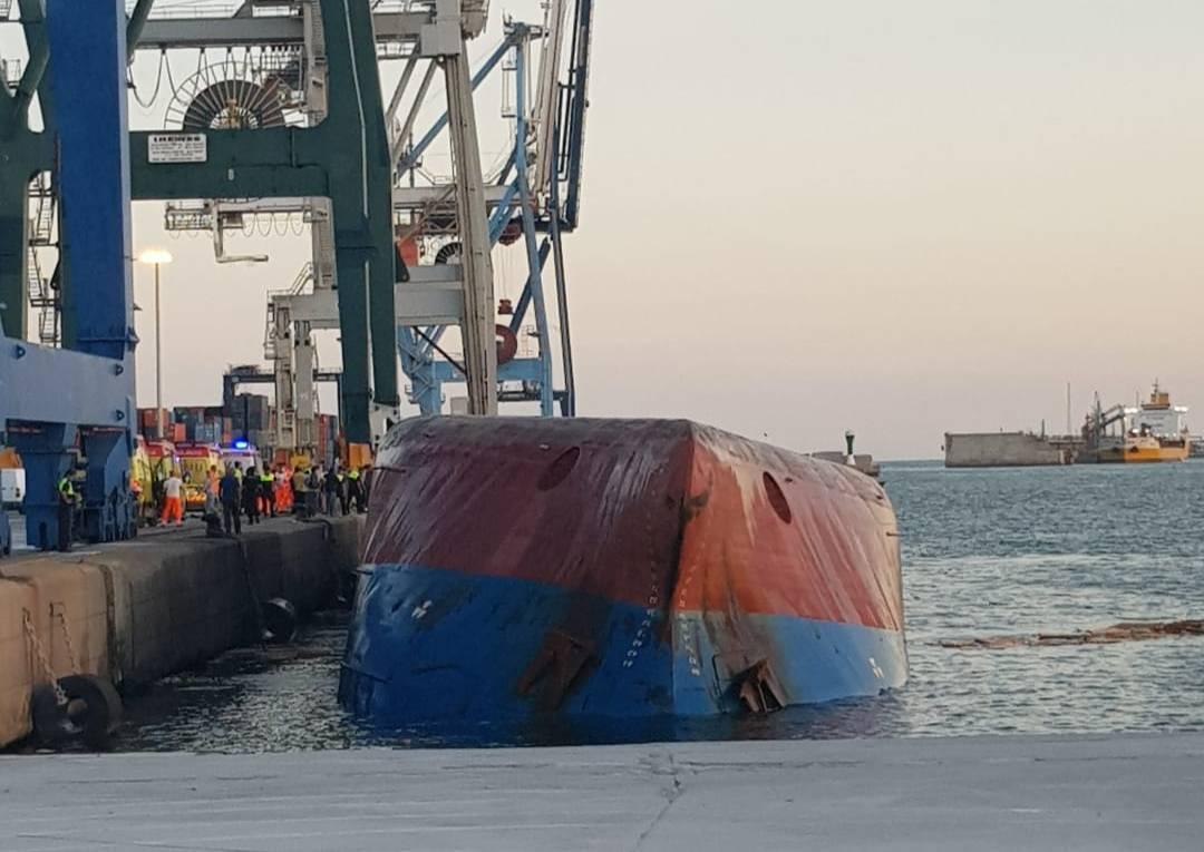В Испании в порту опрокинулось судно, двое моряков пропали без вести