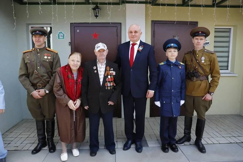 Глава Кузбасса вместе с творческими коллективами поздравил ветерана с Днём Победы во дворе его дома