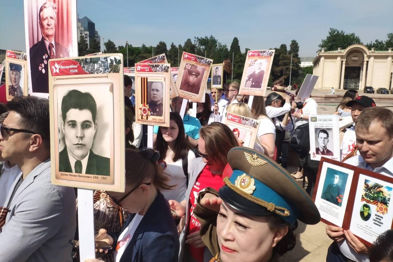 В Пекине и Шанхае сотни людей приняли участие в акции 'Бессмертный полк'