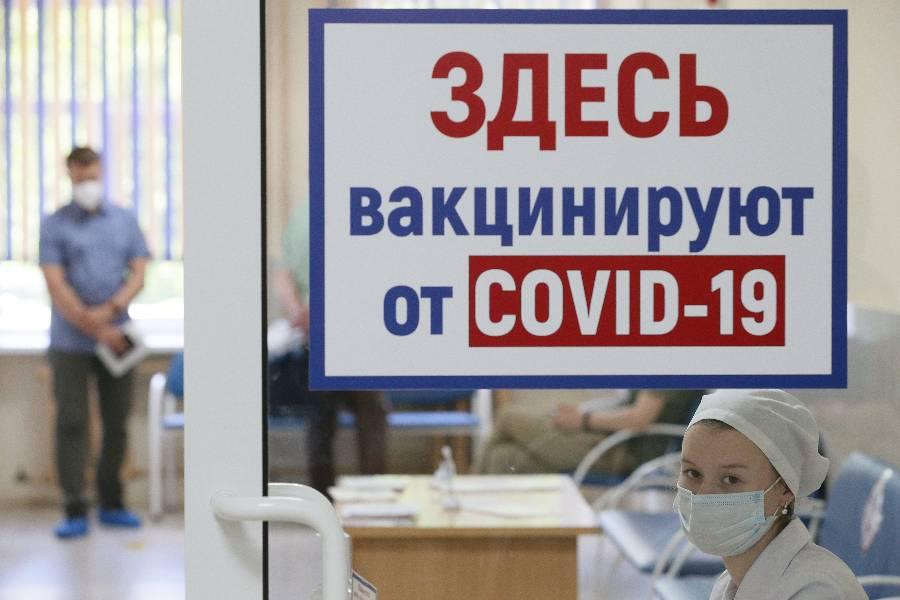 Минтруд объяснил законность отстранения невакцинированных работников
