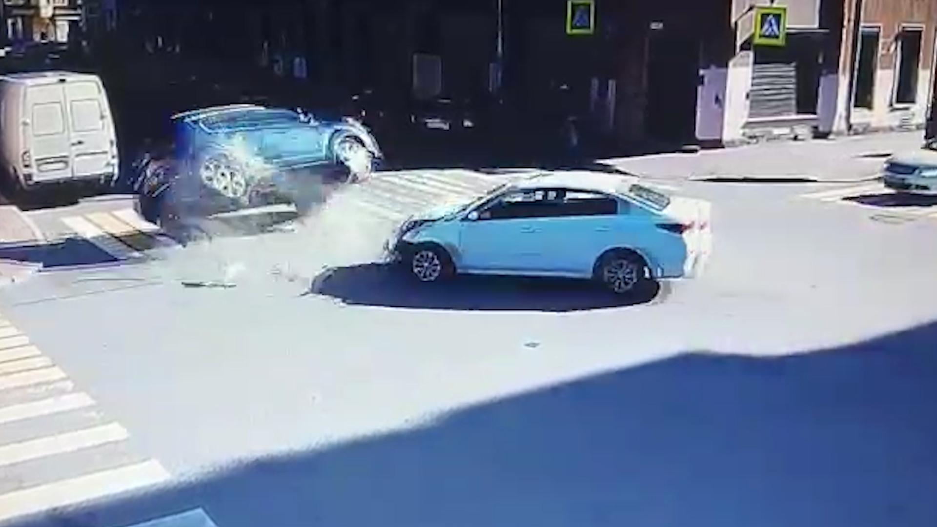 Преступление и наказание: В Петербурге водитель иномарки устроил ДТП и получил подзатыльник от прохожего с собачкой