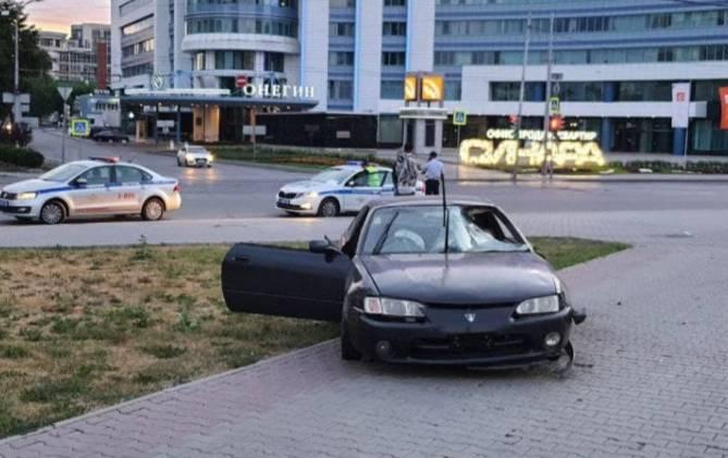 В Екатеринбурге водитель пролетел перекрёсток и сбил пешеходов на тротуаре