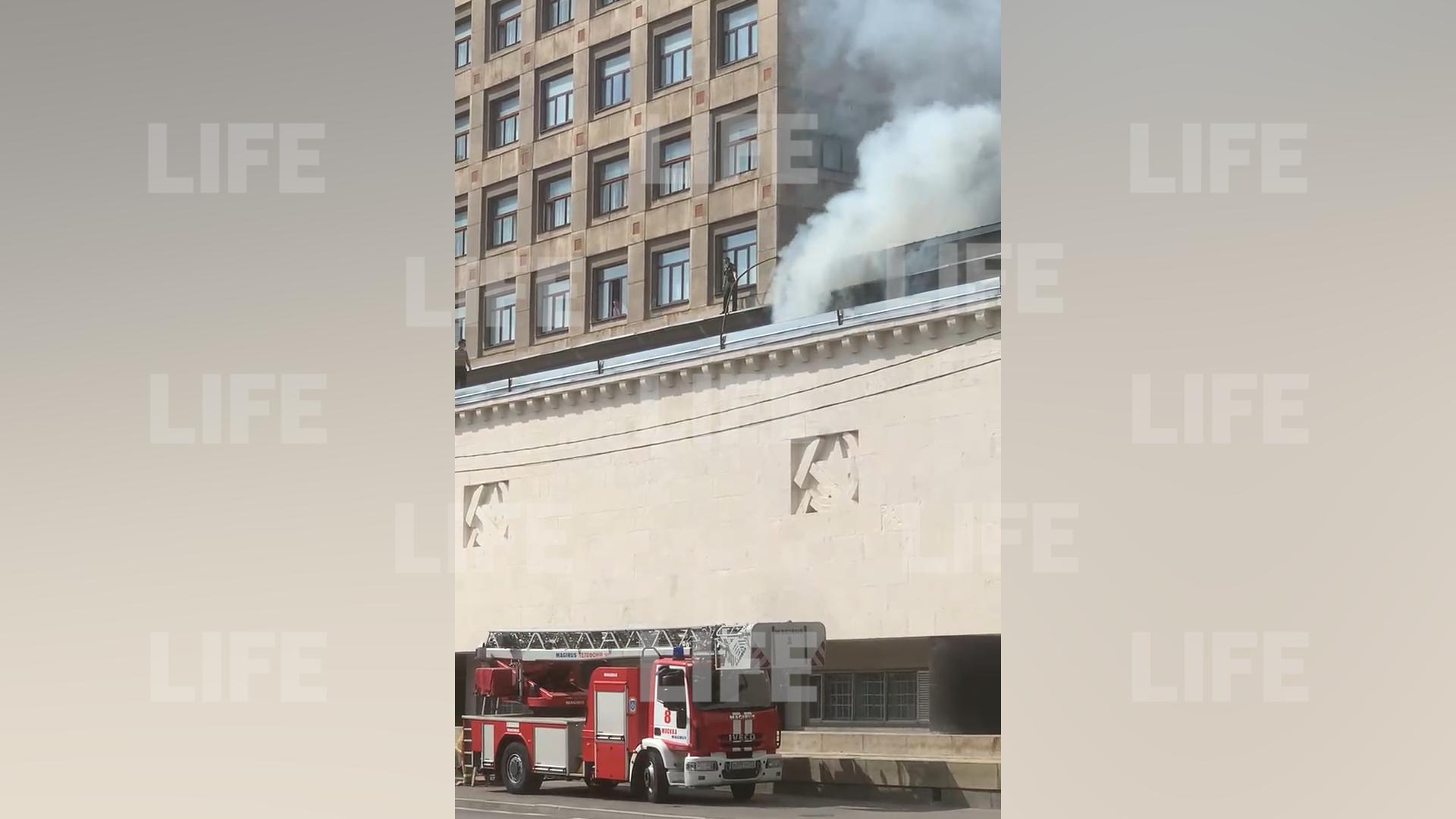Военная академия имени Фрунзе загорелась в центре Москвы