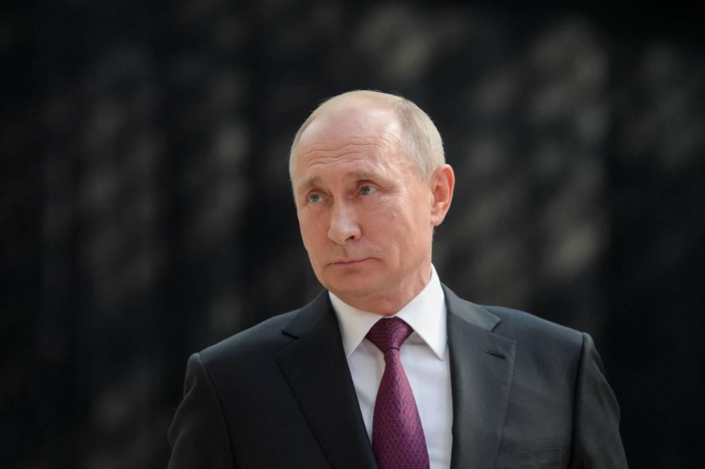 Стало известно, кто чаще всего обращается к Владимиру Путину по прямой линии