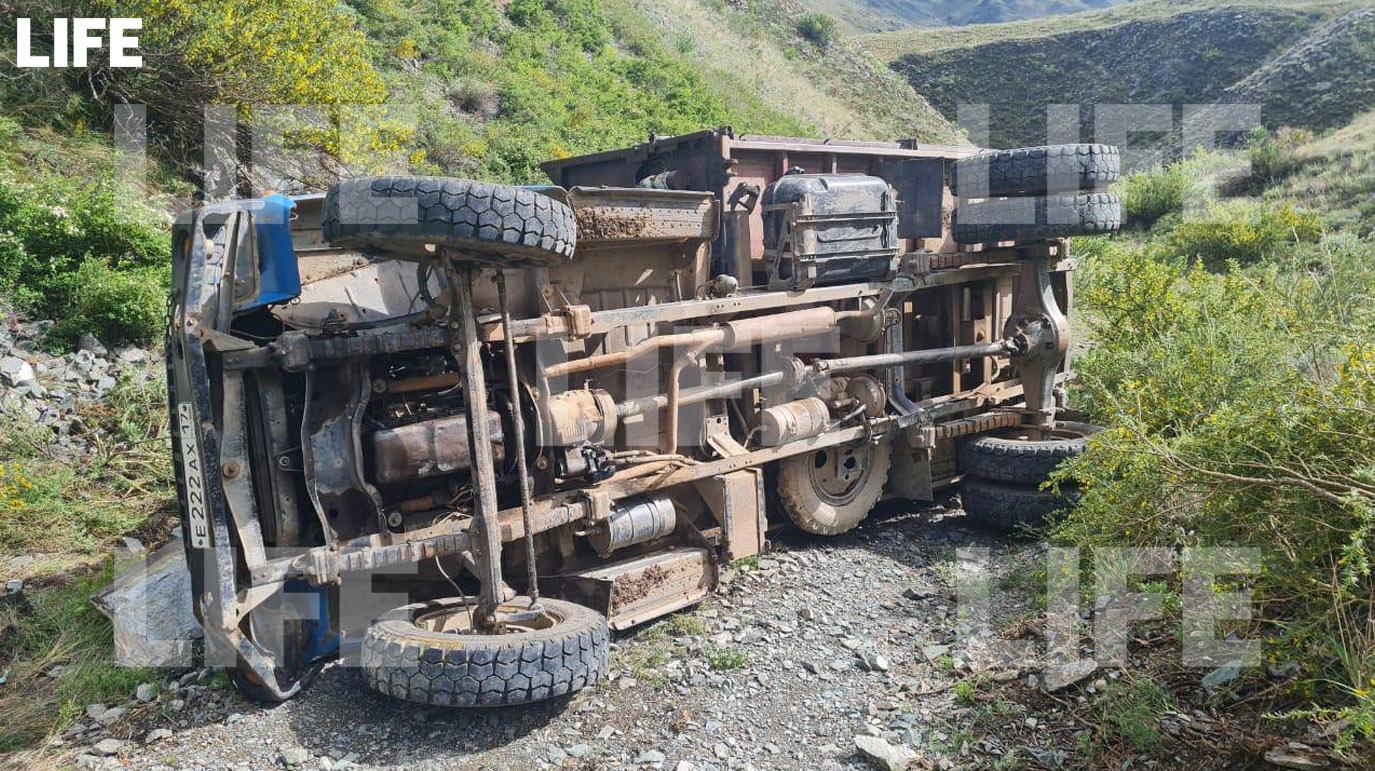 Водитель опрокинувшегося в Туве грузовика сбежал с места страшного ДТП с 20 пострадавшими