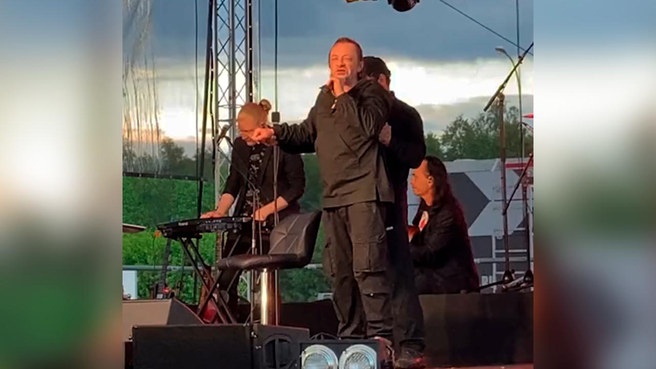 Еле стоял на ногах: Пьяный экс-фронтмен 'Агаты Кристи' Глеб Самойлов сорвал концерт