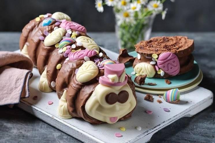 Родители хотели сделать торт в форме гусеницы, но получилось не насекомое, а бисквитный демон