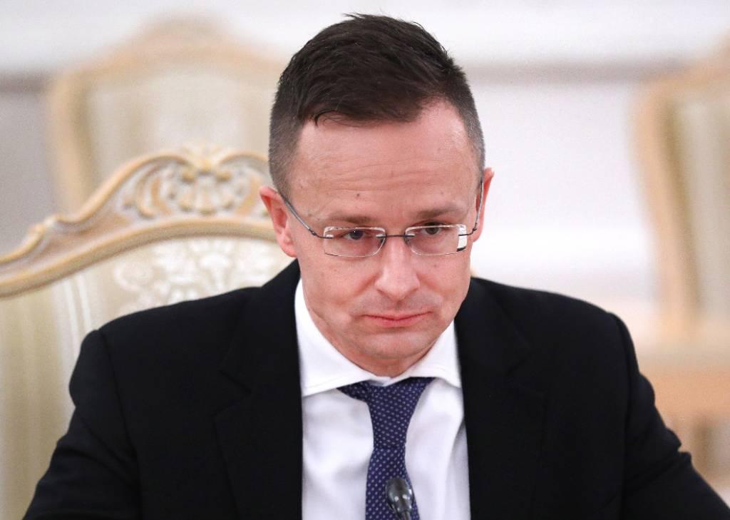 Привившийся 'Спутником V' глава МИД Венгрии рассказал о применении в стране российской вакцины