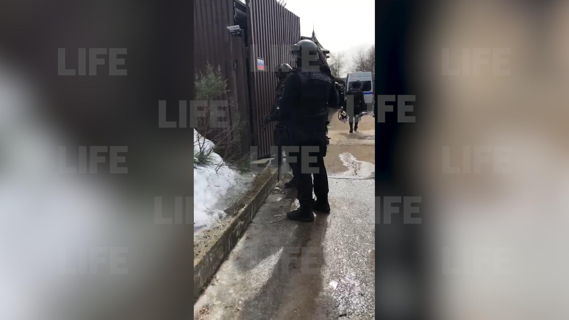 Мужчина открыл стрельбу по прохожим и полиции в элитном посёлке в Мытищах — видео с места