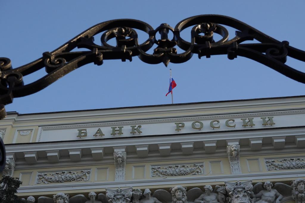 ЦБ следит за ситуацией на финансовых рынках после введения санкций США