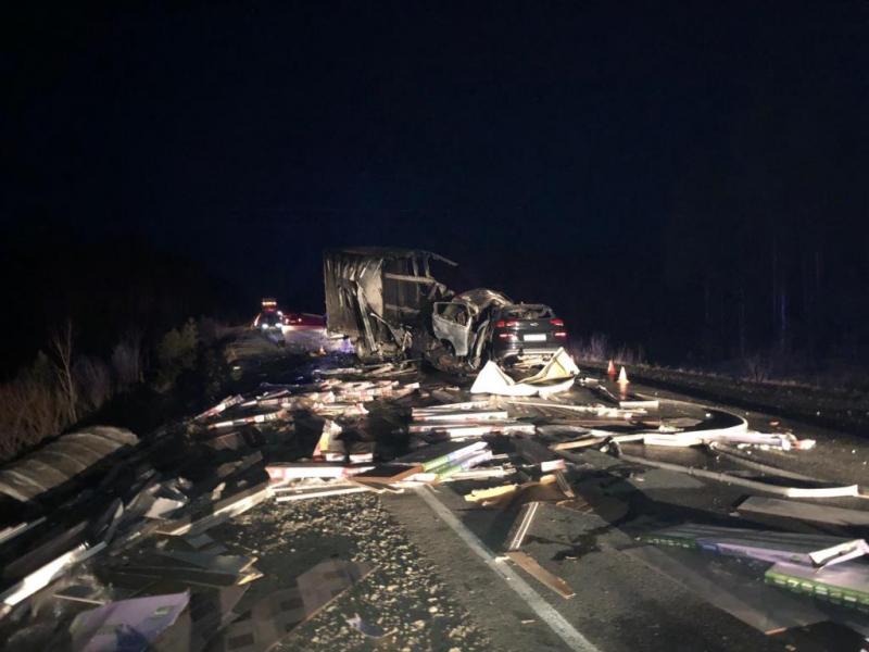 После удара загорелись: при столкновении двух автомобилей в ХМАО погибло четыре человека