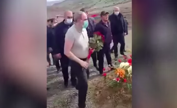 Пашиняну запретили возложить цветы к могиле погибшего в Карабахе солдата — видео