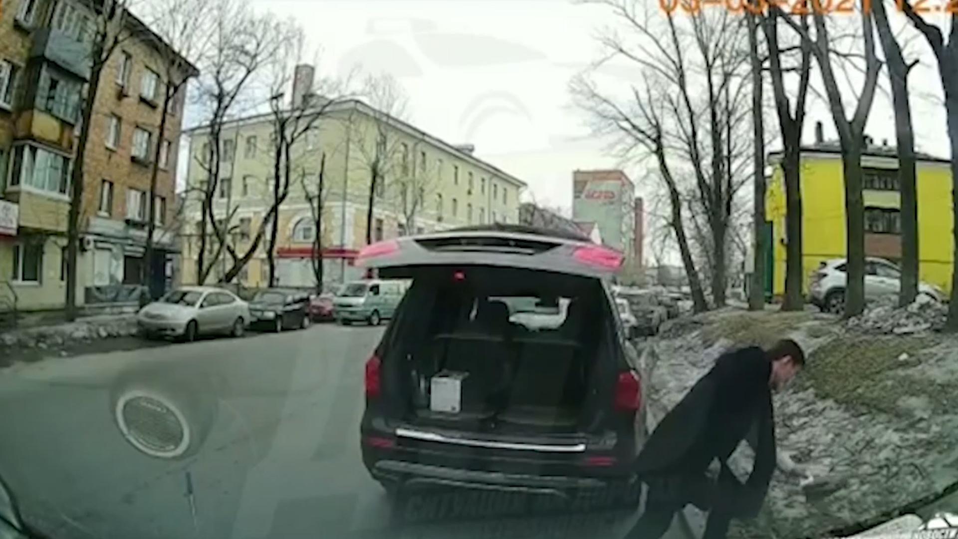 Выкинувшего мусор на дорогу приморского депутата исключат из ЕР