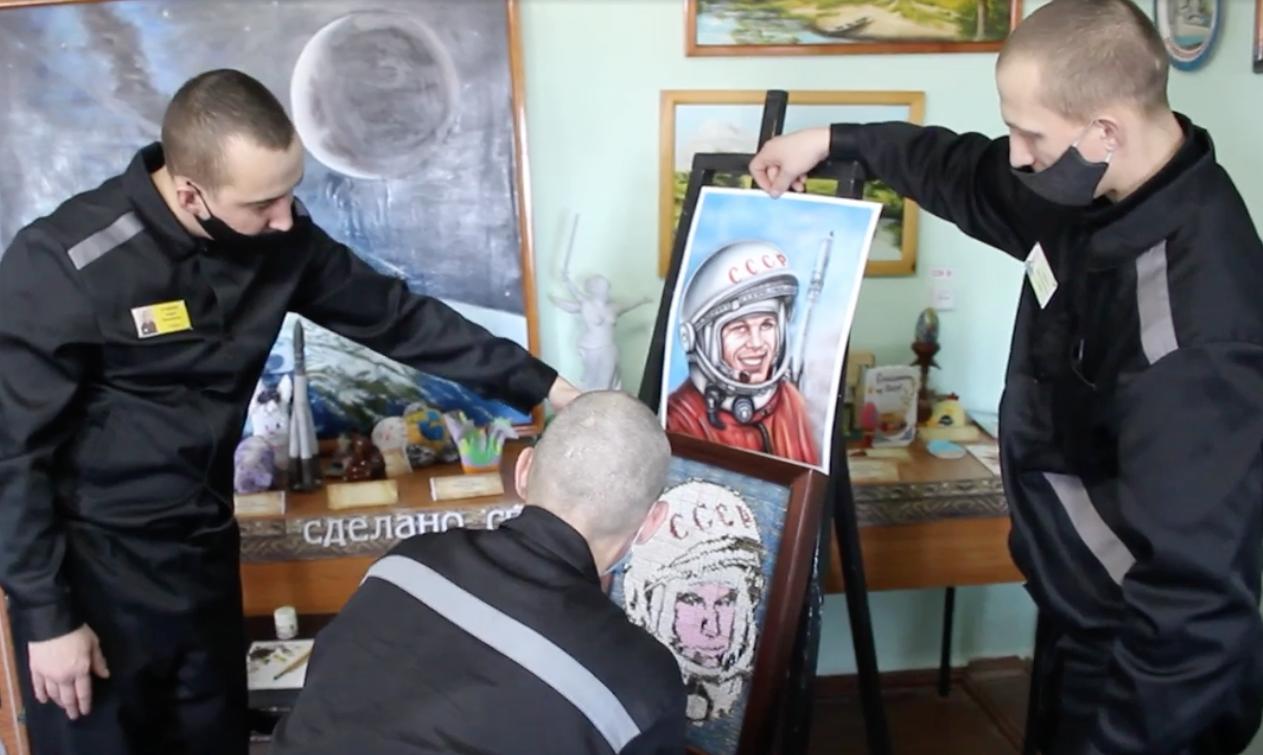 Три месяца работы и 24 тысячи спичек: в кузбасской колонии ко Дню космонавта создали необычный портрет Гагарина