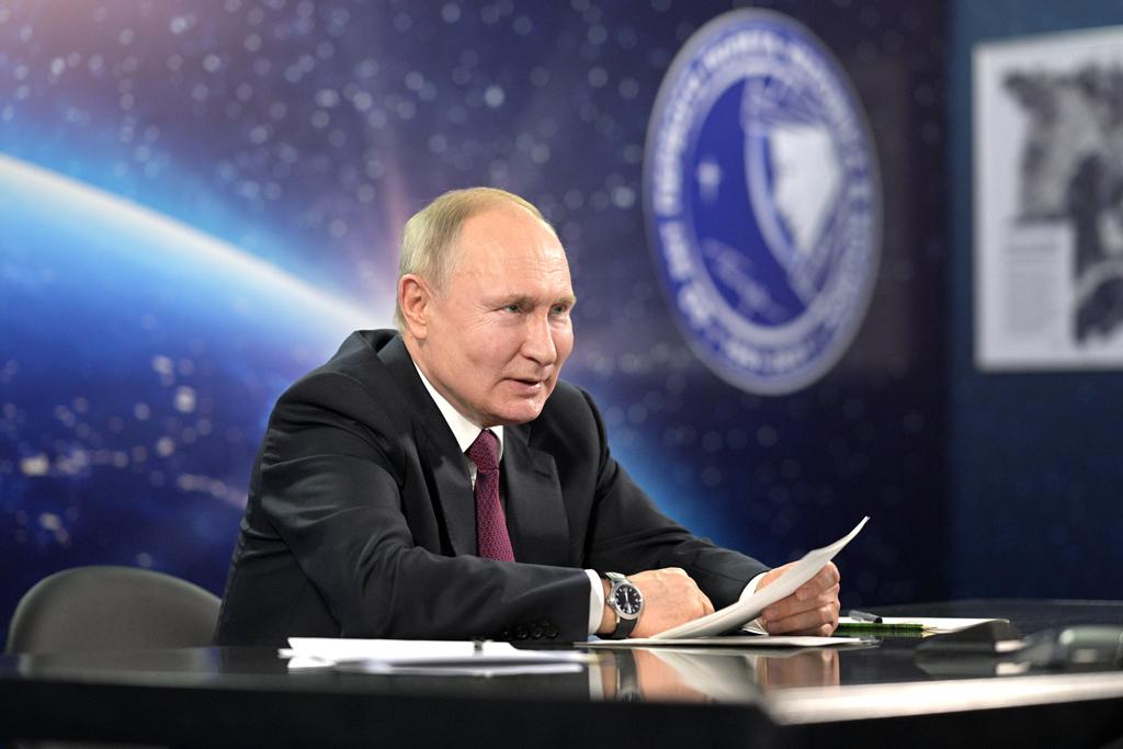 Песков объяснил, почему Путин не надел маску во время поездки в Саратовскую область
