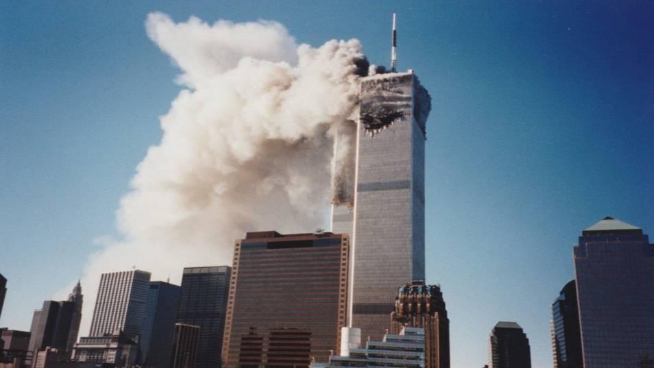 Парень случайно нашёл в семейном альбоме фото теракта 11 сентября, которые раньше не видел никто