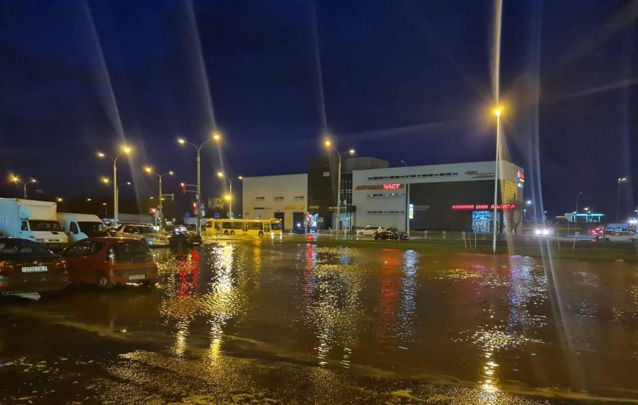 На сёрфе по Минску: прорыв огромной трубы залил улицы питьевой водой — видео
