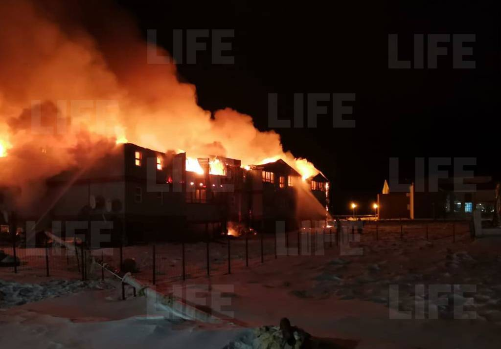 Отец вынес малышей из огня, но спасти их не удалось: четыре человека погибли в страшном пожаре в Якутии — видео