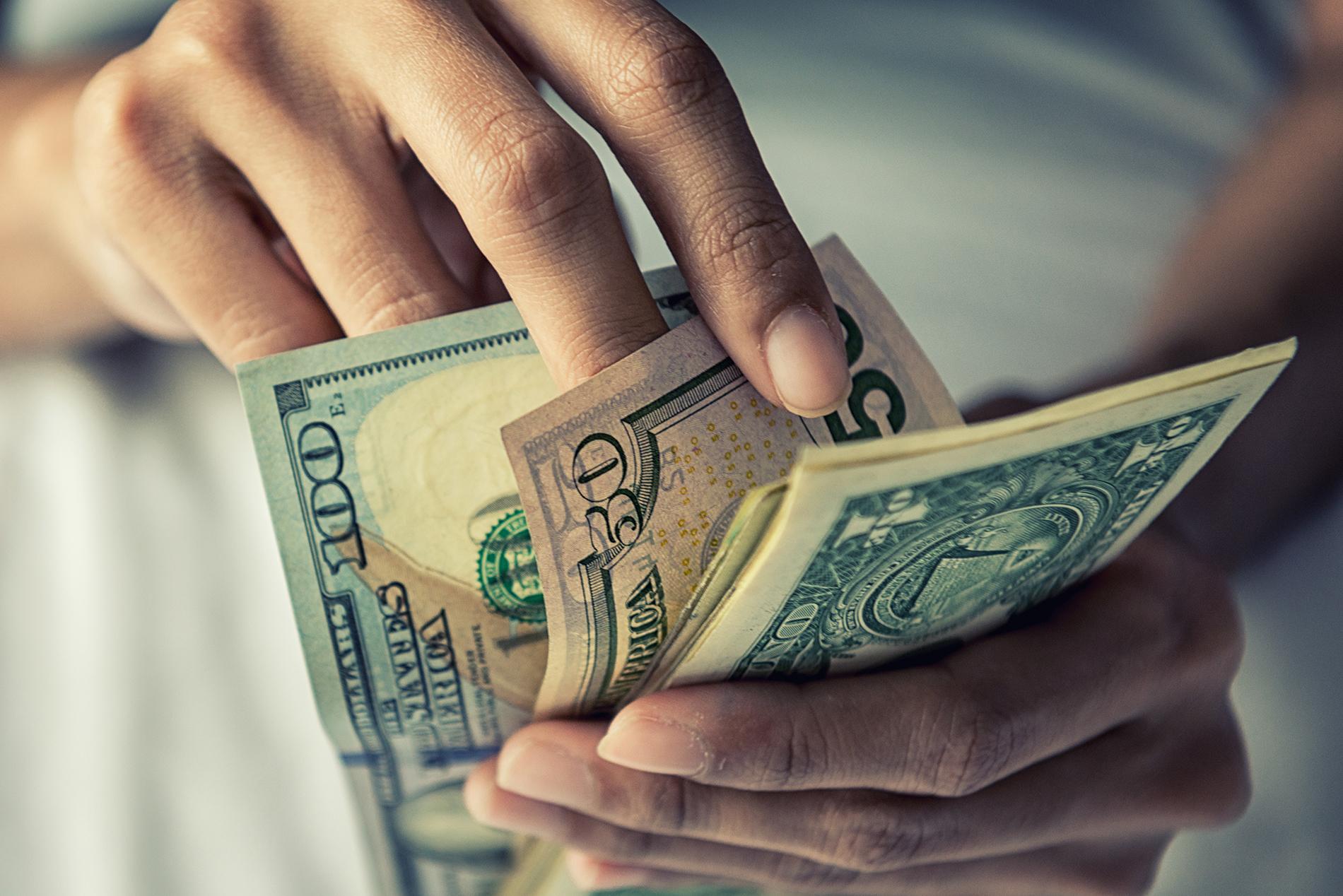 Доллар входит в режим 'риск-офф': как приумножить сбережения и в каком направлении движется курс валют